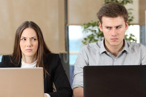 Πώς να διαχειριστούμε έναν διπρόσωπο συνάδελφο